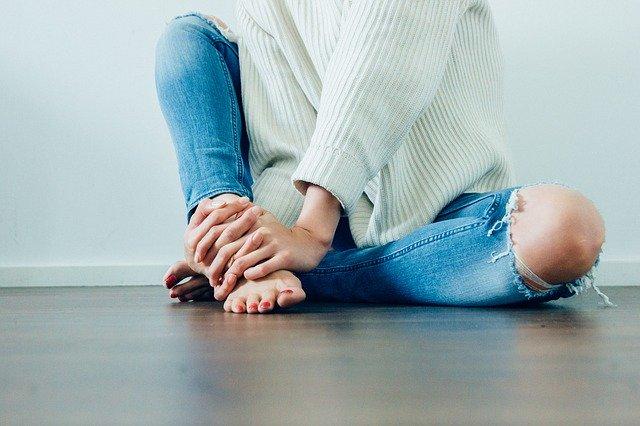 En kvinde sidder på et gulv