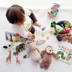 Et lille barn, der leger med bamser og figurer