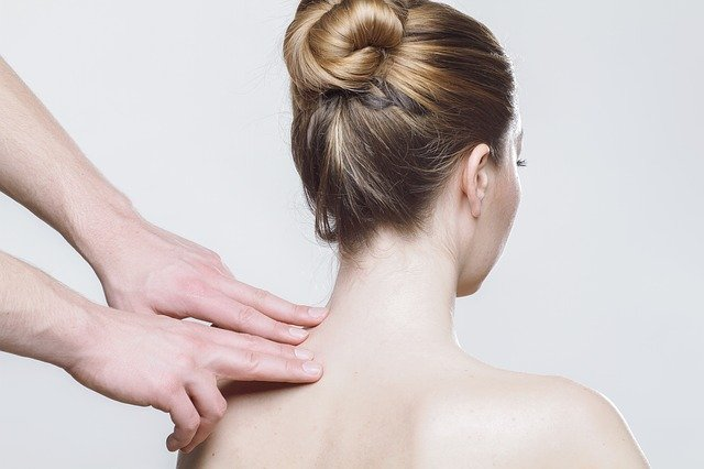 En kvinde er til konsultation hos en osteopat