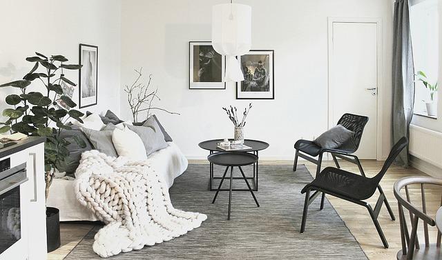En stue med moderne møbler